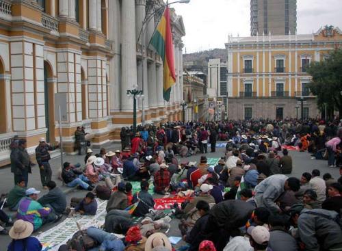 los-buenos-y-los-malos-el-pais-mintiendo-con-fotos-de-bolivia
