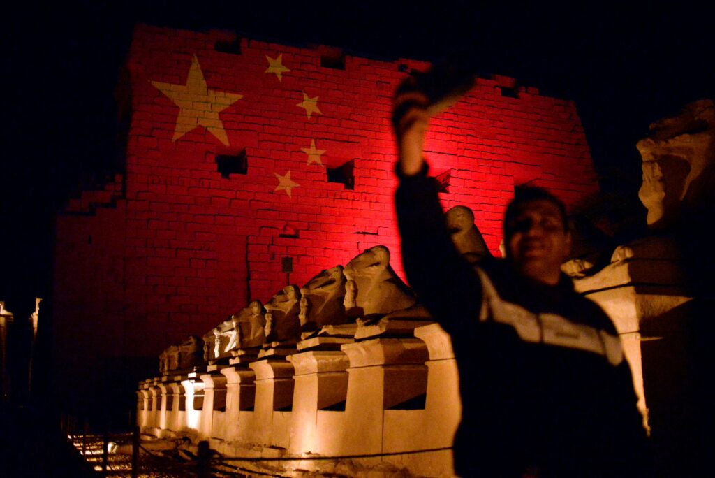 Título: The Saladin Citadel in Cairo illuminated in red and gold stars to resemble the national flag of China as a sign of solidarity in the fight against the new coronavirus on 1 March (Reuters)