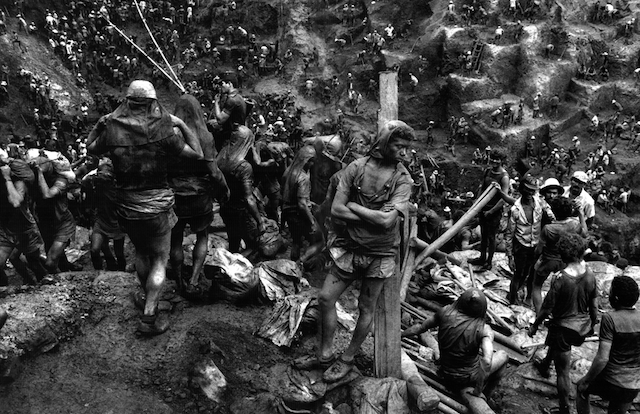 Serra Pelada (Hombre contra un poste), 1986, Sebastiao Salgado