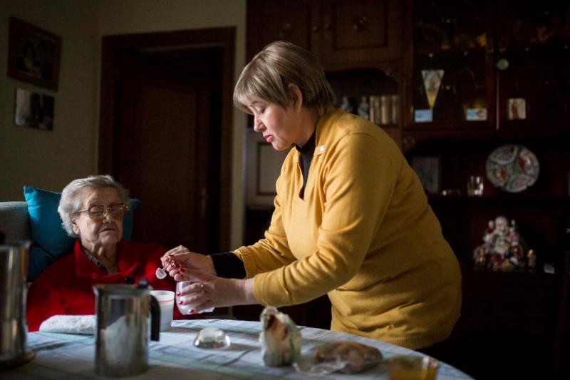 Foto CELIA HERNÁNDEZ / SALVADOR FENOLL (PORCAUSA): Una trabajadora doméstica cuida de una persona dependiente.