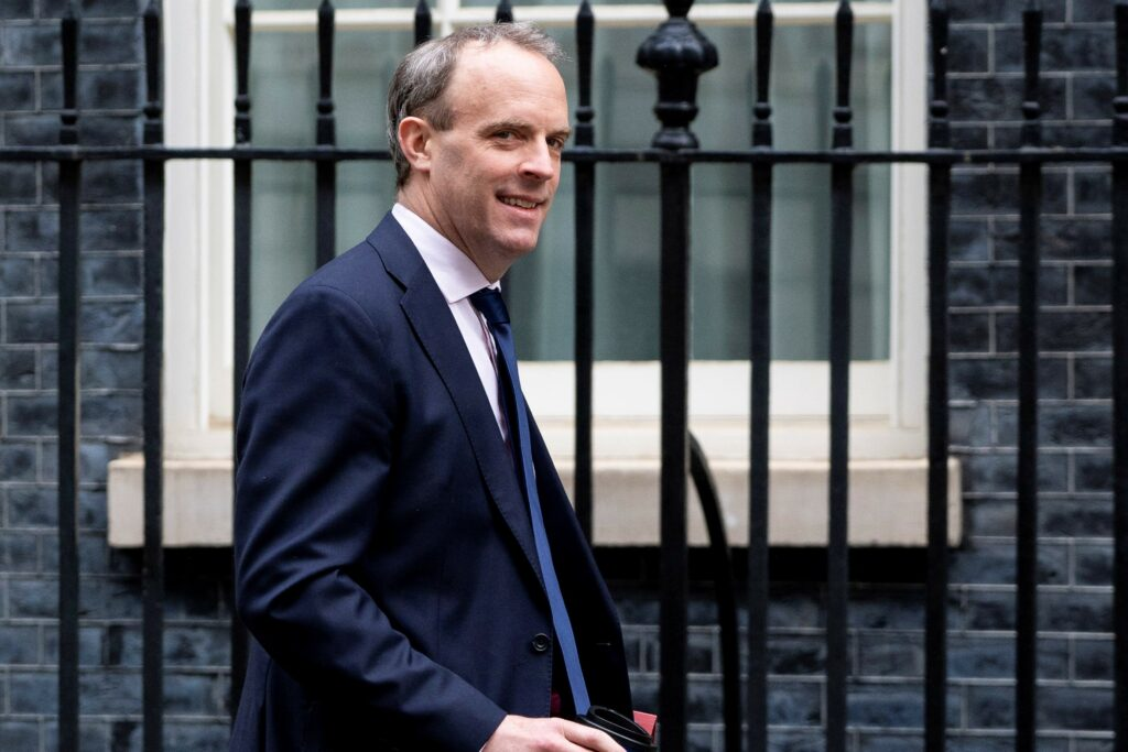 Título: Britain's Foreign Secretary Dominic Raab arrives in Downing Street in central London on April 30, 2020 for the daily novel coronavirus COVID-19 briefing