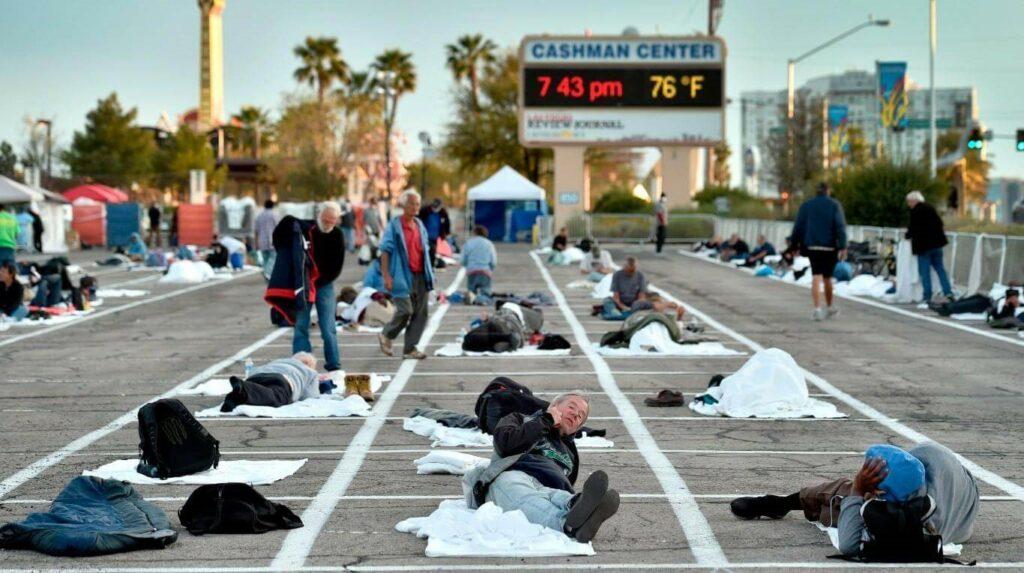 En el piso de un estacionamiento. Así duermen unas 500 personas sin techo por el coronavirus. (Foto: EFE/David Becker).