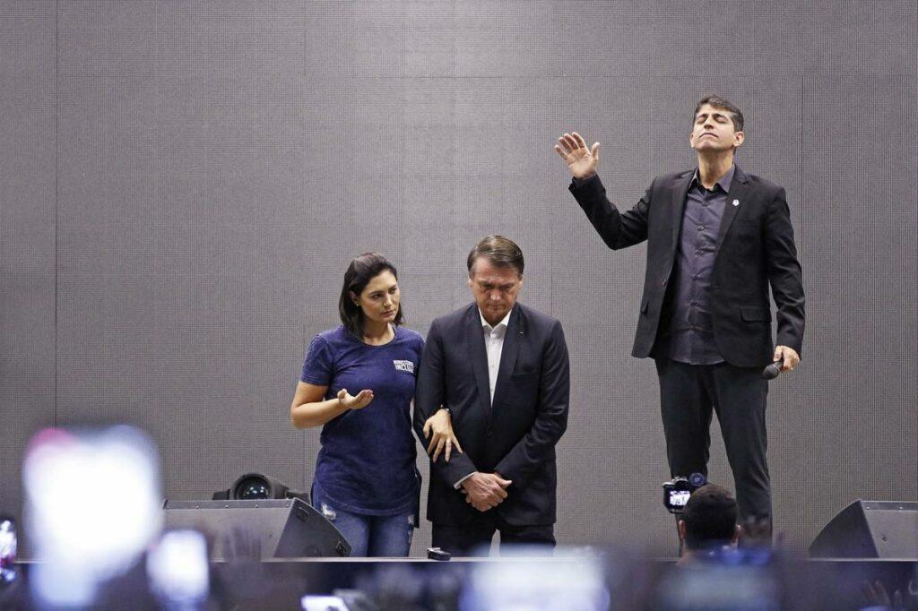 Jair Bolsonaro acompañado por su esposa, Michelle, durante un culto religioso en la Iglesia Batista Atitude (archivo, mayo de 2019). Foto: Fernando Frazão, Agência Brasil
