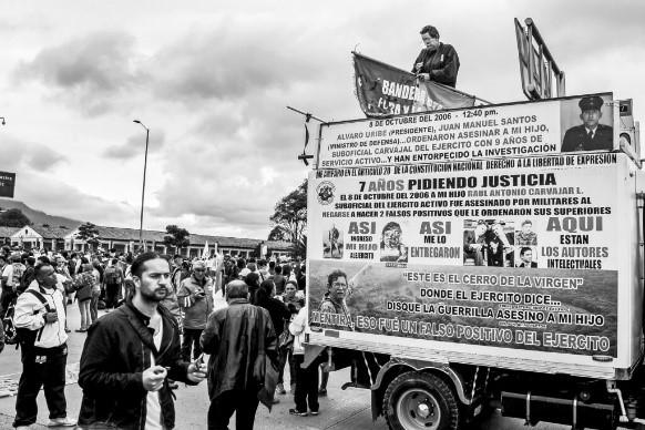 Imagen en blanco y negro de un grupo de personas en una camioneta  Descripción generada automáticamente con confianza media